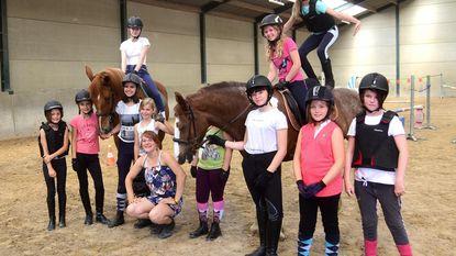 Kinderen amuseren zich tijdens paardenkamp in Hippisch Centrum