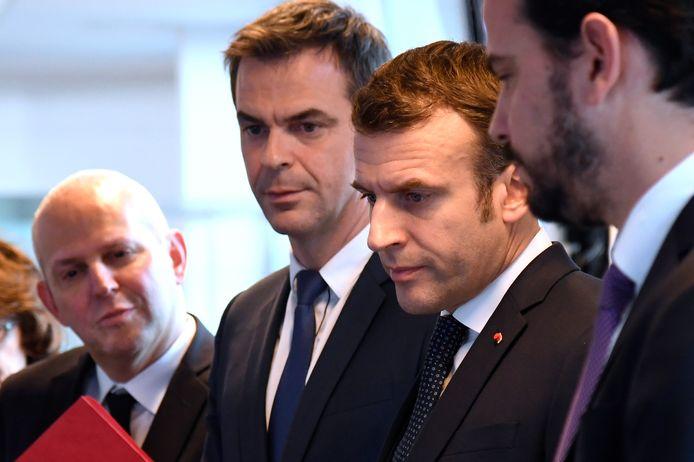Emmanuel Macron et Olivier Véran, à la droite du président.