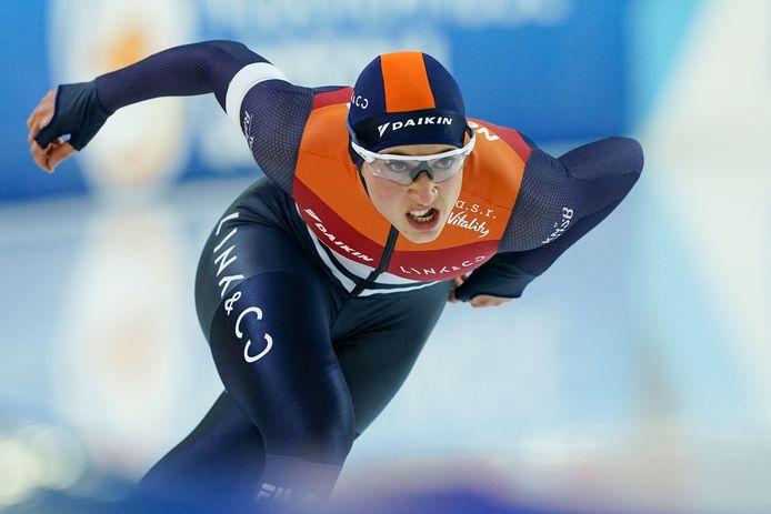 Suzanne Schulting jaagt als langebaanschaatsster tijdens het NK sprint met een verbeten blik op een podiumplek.  In die missie slaagt de shorttrackster.