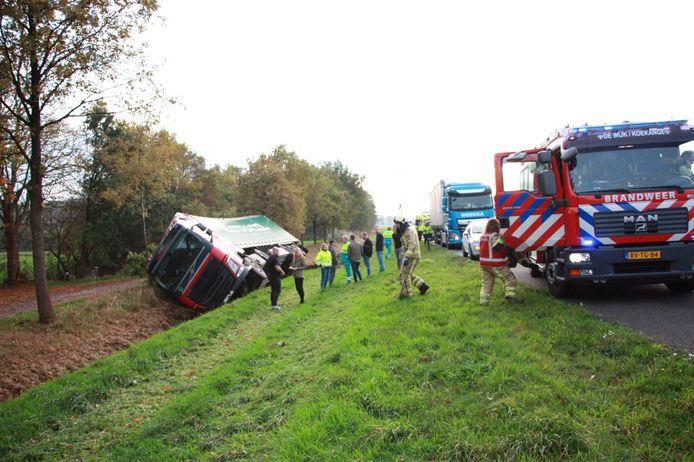 Vrachtwagen gekanteld op de A28 bij Zuidwolde.