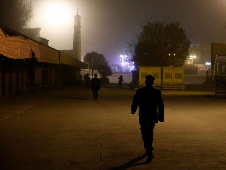 Mannen gaan naar het ochtendgebed in de moskee in Kashgar, in de Chinese autonome regio Sinkiang.