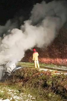 Mogelijk gestolen auto brandend aangetroffen in sloot Eindhoven