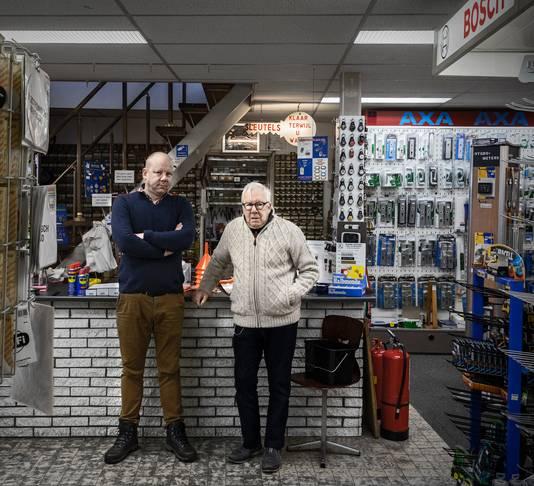 Jeroen en Ad Wallenbroek van de gelijknamige winkel in de Halstraat. Sinds 1903 gespecialiseerd in ijzerwaren, messen, gereedschap en hang- en sluitwerk