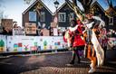 Tijdens de landelijke intocht in Zaanstad, vorig jaar, kwam Stefan (rechts) in aanraking met demonstranten tegen Zwarte Piet. Hij besloot dat deze intocht zijn laatste zou zijn als Zwarte Piet.