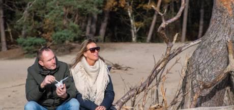 In alle rust picknicken  in de Sahara bij Ommen of wandelen bij de Zwarte Dennen in Staphorst: 'We maken er het beste van'