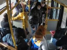 Elle distribue des masques dans un bus, un passager la frappe