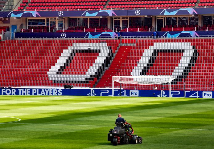 Het gras wordt exact gemaaid volgens de voorschriften van de UEFA.