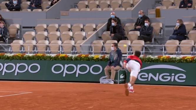Ditmaal zonder gevolgen: Djokovic slaat opnieuw bal vol op lijnrechter in zege tegen Khachanov