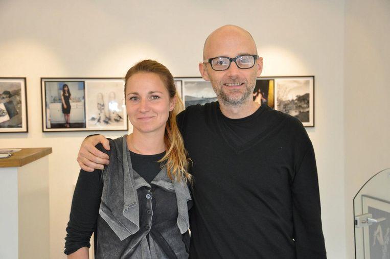 Foto's aan de wanden van Daniels' kantoor in de galerie. Michou met muzikant Moby Beeld