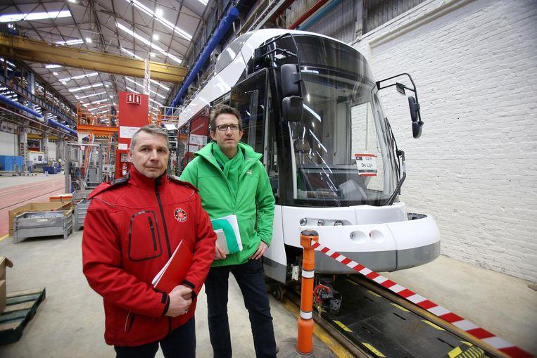 Steven Bogaert (ACV) en Freddy Bakker (ACOD) in de werkhallen van Bombardier.
