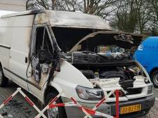 Brand verwoest bus van Vlaardingse stichting: Wie doet nu zoiets?