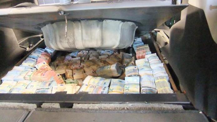 In een verborgen ruimte, die alleen kon worden opengemaakt als de achterbank naar voren was geklapt, vond de politie 1,4 miljoen euro cash.