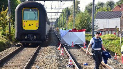 Telefonerende man voor ogen van zoon gegrepen door trein