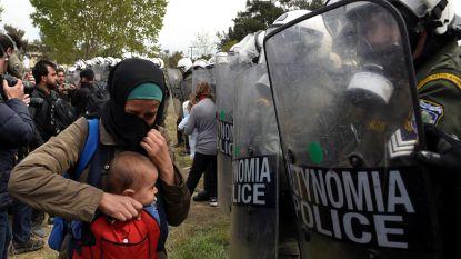 Griekse politie raakt slaags met migranten die grens willen oversteken