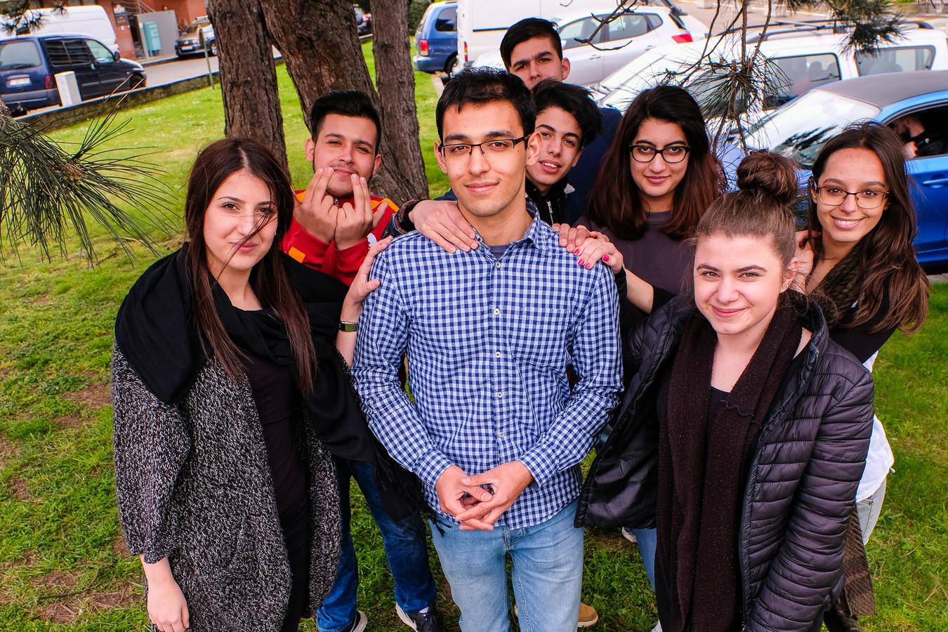 Omran met zijn klasgenoten Esin, Selahattin, Husseyin, Salmane, Maryame, Eylem en Vloriana.