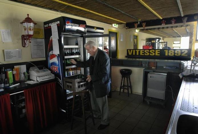 Theo de Haas (78), terreinbeheerder bij Vitesse 1892, haalt de koelkast leeg. foto Hans Broekhuizen/De Gelderlander