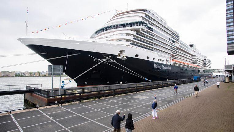 Het cruiseschip ms Koningsdam van Holland America Line ligt aangemeerd in Amsterdam Beeld ANP