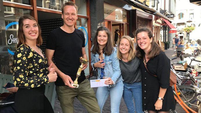 Vlnr: Eef Brands van studentenunie Vidius, Geert-Jan van Dijken (37) en huurders Sietske Bootsma (23), Vera Ramaker (24) en Anouk Hendriks (23)