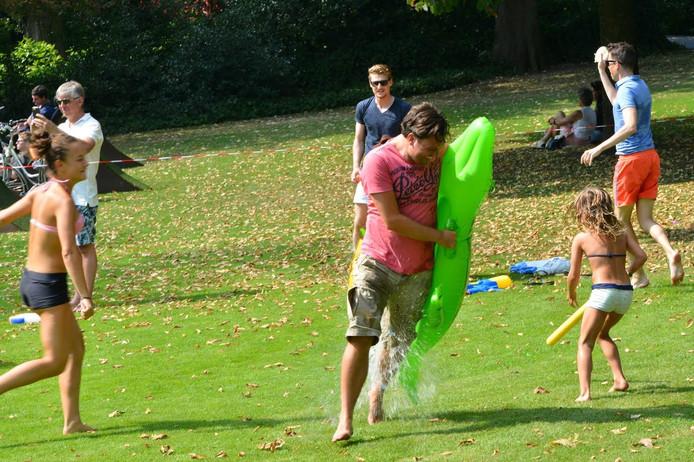 Veel lol bij het watergevecht in park Valkenberg in Breda.