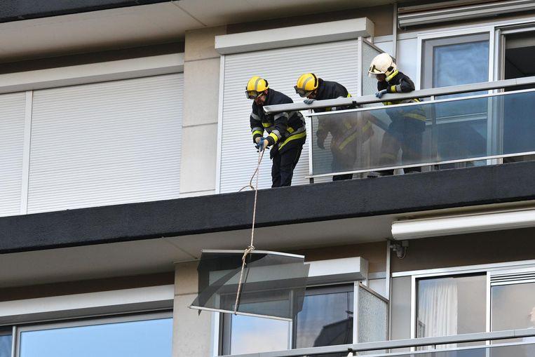 De brandweer liet de balustrade stuk per stuk naar beneden zakken.
