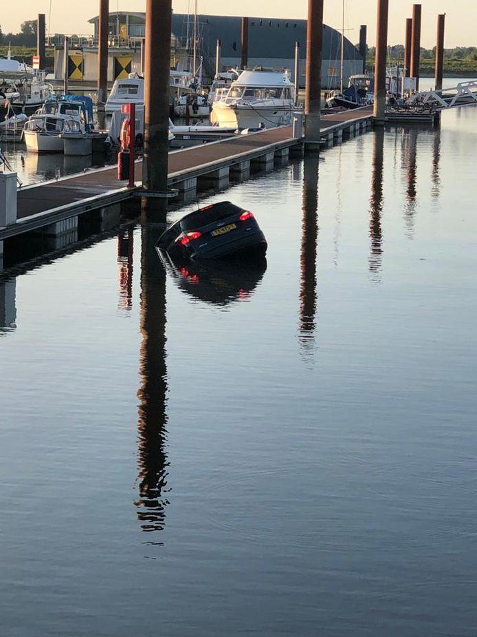 De rond dobberende auto bij de jachthaven in Deventer.