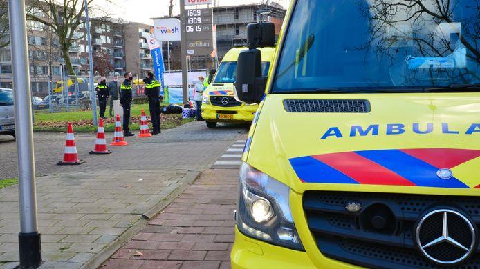 Snorfietser geschept door auto in Helmond.