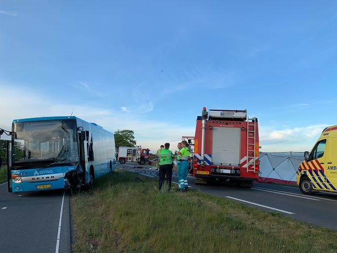 Een streekbus en personenauto zijn met elkaar in botsing gekomen.