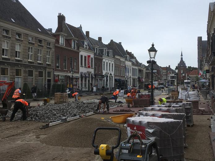 Aannemer Agterberg is druk bezig met de herinrichting van de Voorstraat die in oktober evenals de Paardenmarkt klaar moet zijn