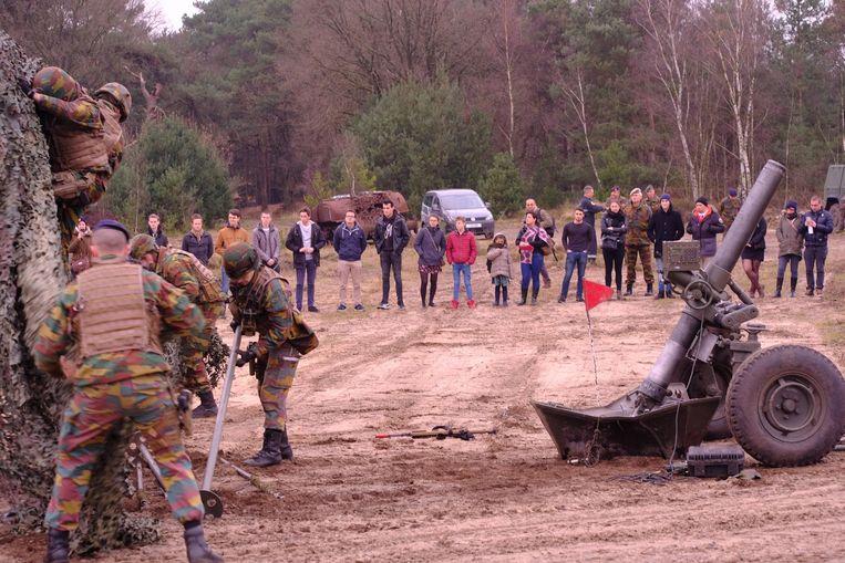 Militairen houden een oefening voor het publiek.