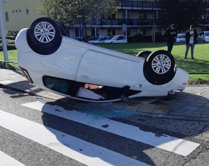 De auto kwam op zijn kop terecht door het ongeluk in Hatert.