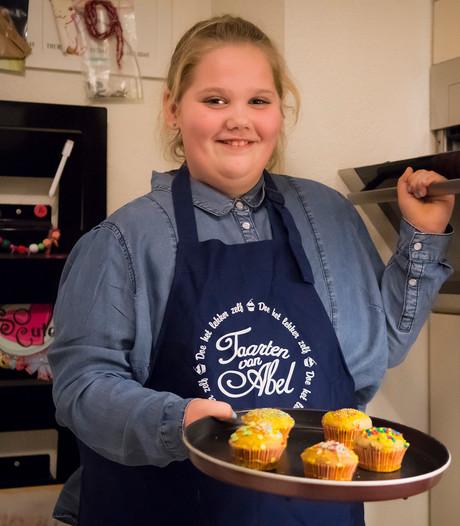 Yra (10) bakt op tv een taart voor haar klasgenootjes uit Hagestein