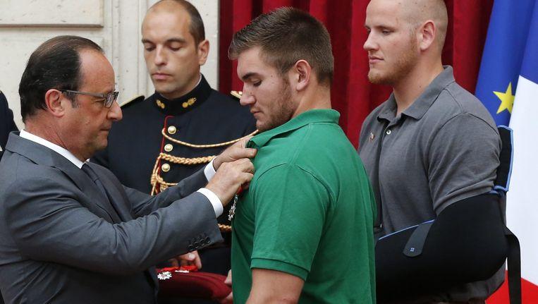 De Franse president Hollande geeft Alek Skarlatos de Legion dHonneur medaille Beeld ANP