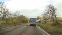 Vrachtwagen mist op haar na reclamebord