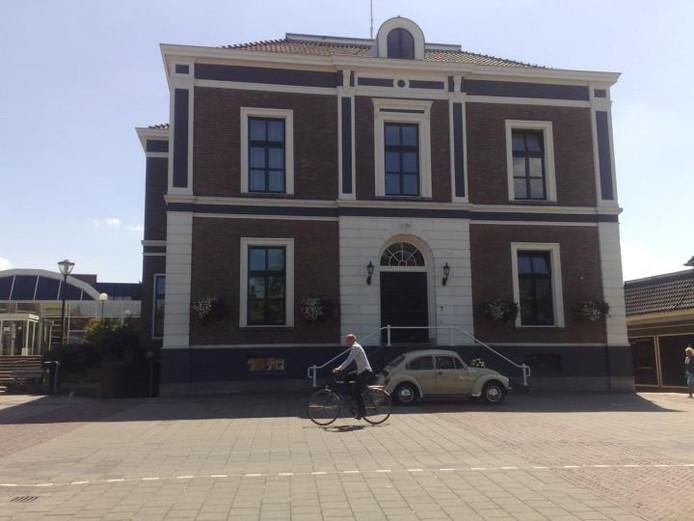 Het huidige gemeentehuis in Elst.