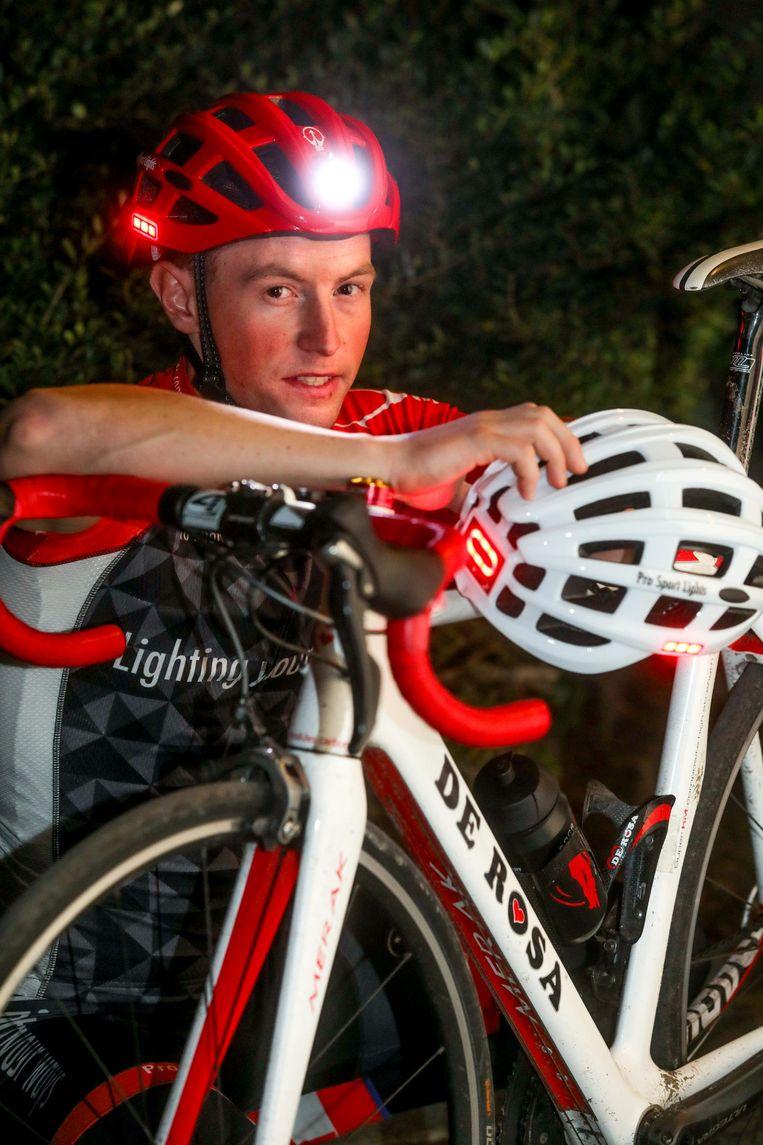 Diego Clarysse met de helm met ingebouwde fietsverlichting.