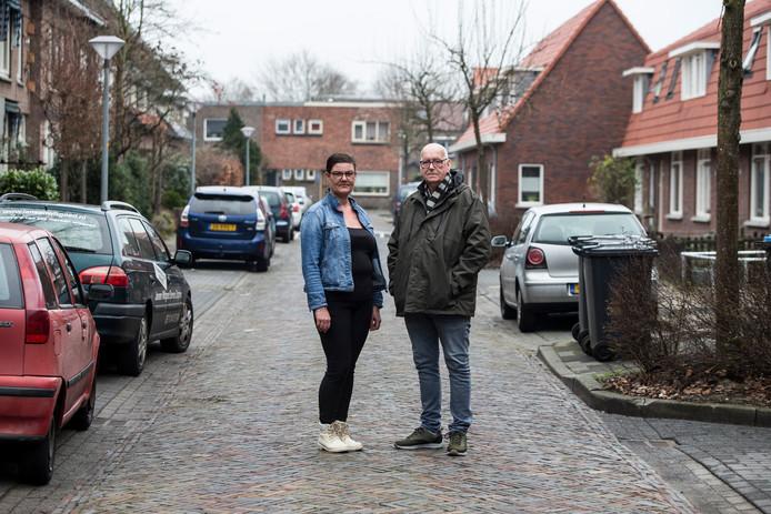 Gina Kool en Willem Fleming zijn huurders in de Zutphense wijk Noordveen. Zij stelden samen met ruim twintig andere bewoners uit de wijk een zwartboek op na de renovatiewerkzaamheden in hun wijk.