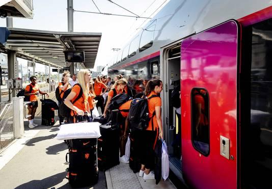 De spelers van het Nederlandse vrouwenvoetbalelftal stappen in de trein richting Valenciennes waar zaterdag de kwartfinale van het WK wordt gespeeld.