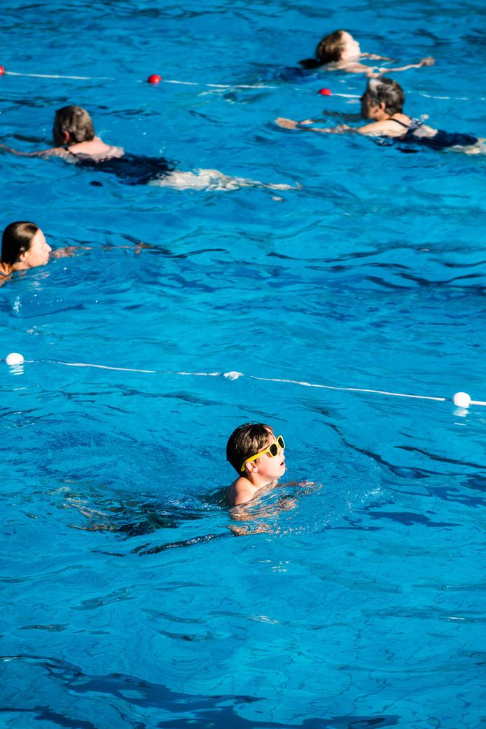 Baantjes trekken in het Arnhemse Zwembad Klarenbeek.