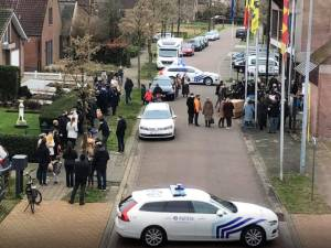 """La photo du mariage d'un policier à Sint-Amands fait réagir: """"Les règles ne sont apparemment pas faites pour tout le monde"""""""