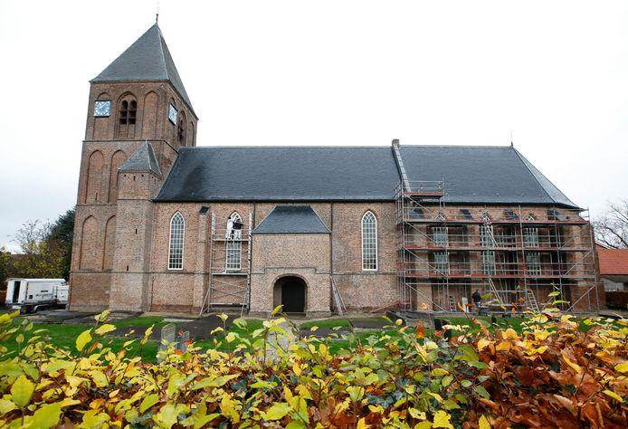 Bij werkzaamheden aan de kerk in IJzendoorn worden ramen vervangen en muren opnieuw gevoegd..