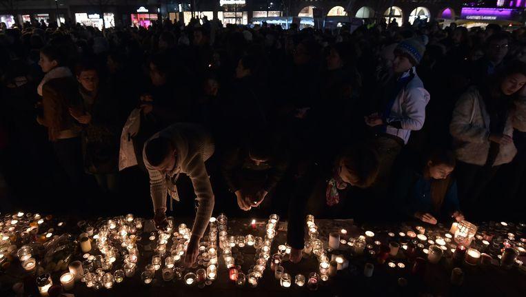 Mensen steken kaarsjes aan in Straatsburg Beeld afp