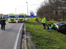 Brandweer bevrijdt ouder echtpaar in beknelde positie uit auto in de sloot in Helmond