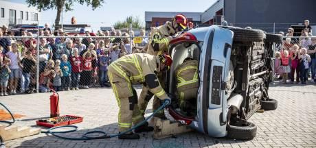 De brandweer demonstreert in Vriezenveen: zo haal je slachtoffers uit een auto