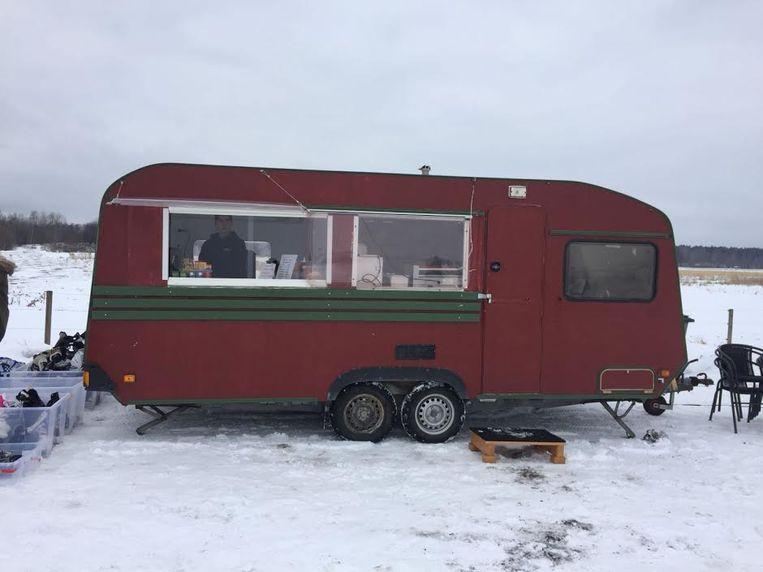 Koek & zopie in een ossenbloed rode caravan an het Hjälmarmeer Beeld rv