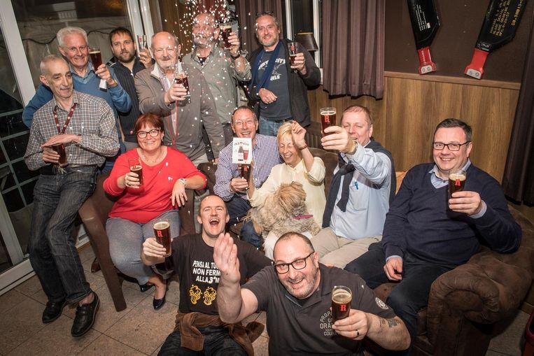Superfan Willy Monte (onderaan) en andere klanten met een Rodenbach in 't Hof van Brabant.