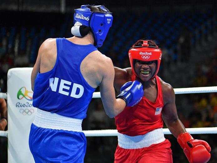 Claressa Shields in de olympische finale in Rio in gevecht met Nouchka Fontijn.