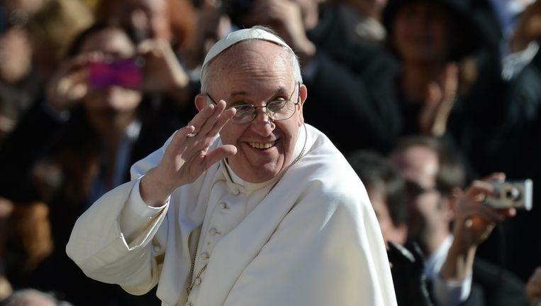 Paus Franciscus zwaait naar de menigte op het Sint-Pietersplein tijdens zijn inauguratie in maart van dit jaar. Beeld afp