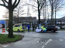 Jonge fietser ziet auto over het hoofd en raakt gewond in Hoogland