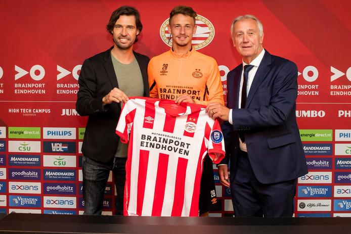 Technisch manager John de Jong, de Franse PSV-nieuweling Olivier Boscagli en 'mister PSV' Willy van der Kuijlen bij de presentatie van Boscagli.