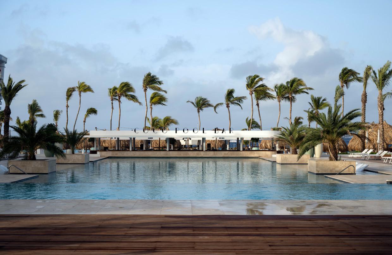 Het zwembad van het Corendon Mangrove Beach Resort. Beeld Els Zweerink